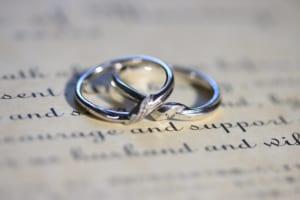 重なって置かれる結婚指輪