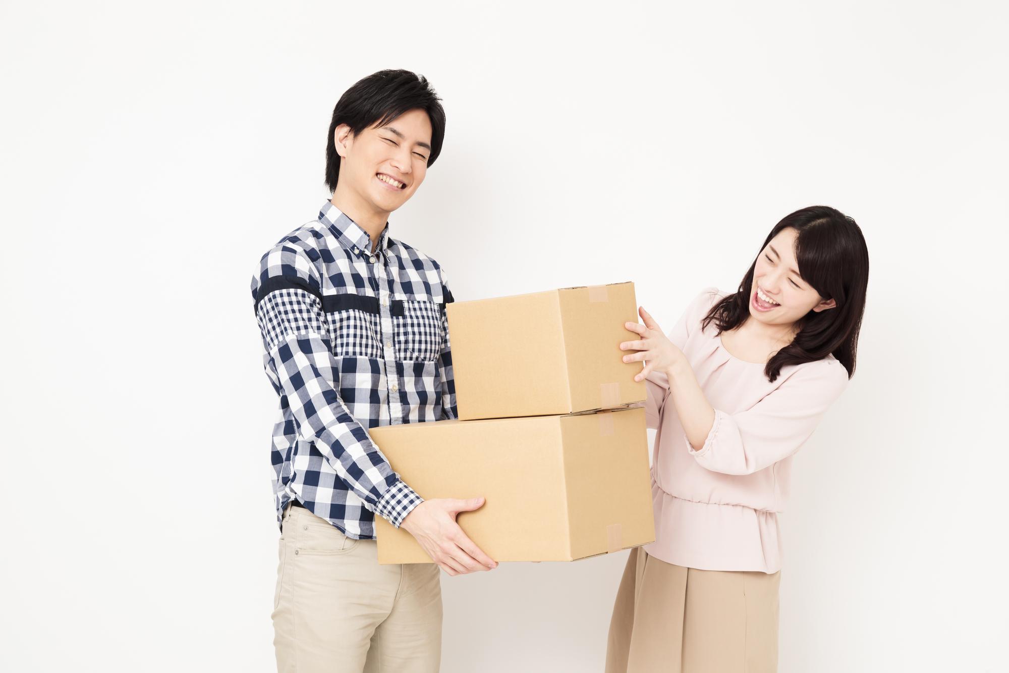 荷物を抱えるカップル