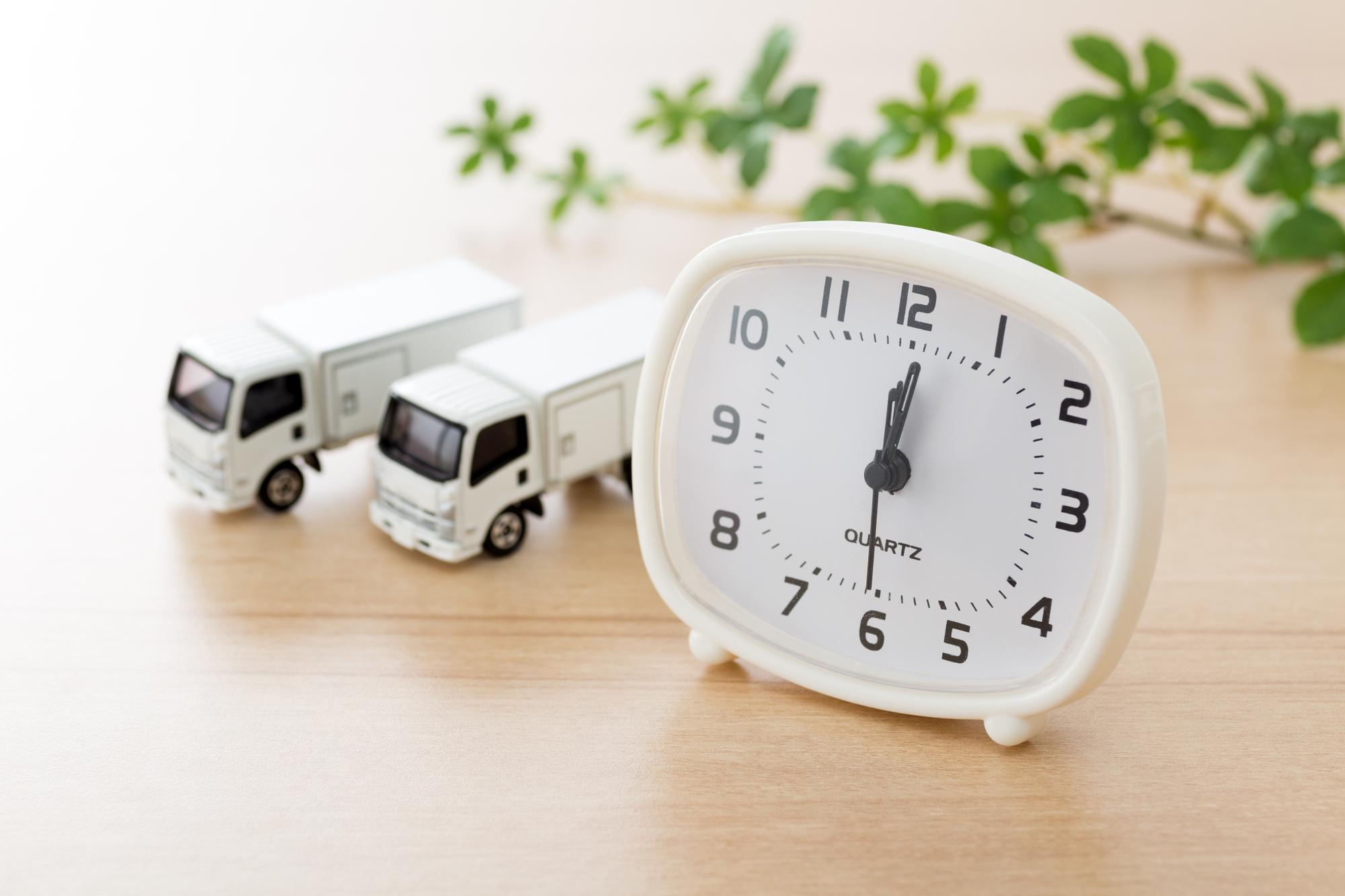 時計と引越しトラック