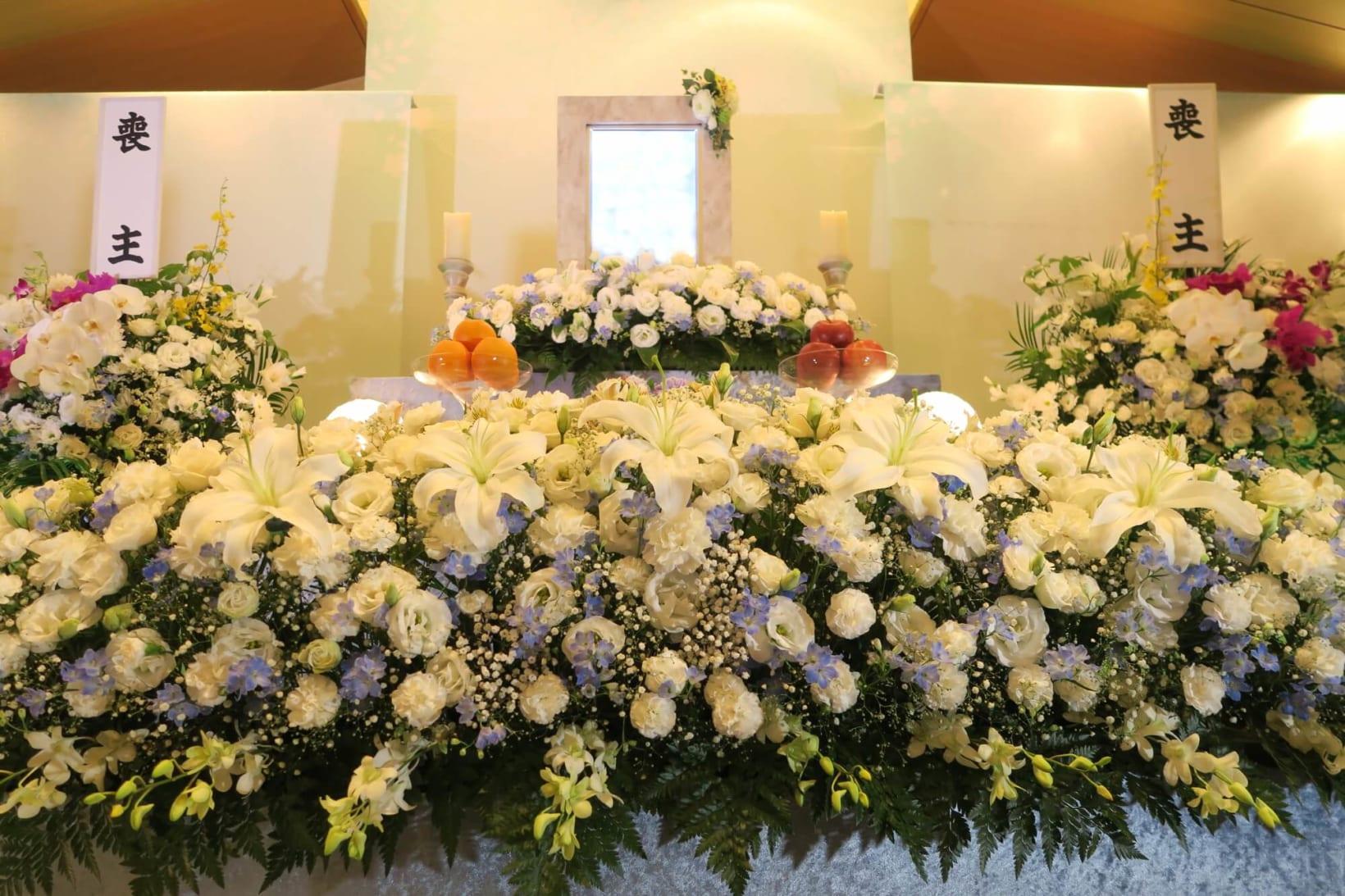 花祭壇とは、祭壇を花で埋め尽くす葬儀の形