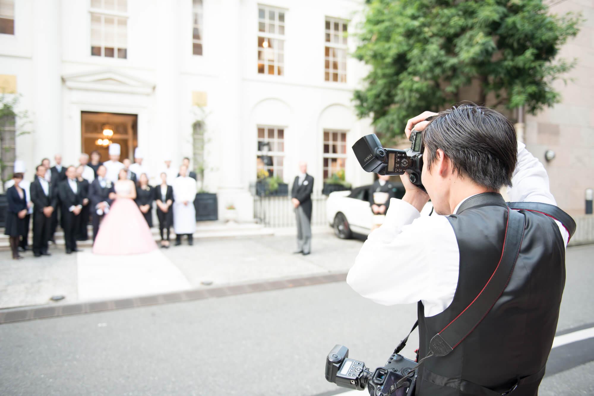 結婚式ムービーなどのプライベートイベントの動画は、結婚式限定の動画制作会社やフリーランスへの依頼であれば3万円以下の低価格での政策も可能です。その場合は写真などの準備を自身で行う必要があります。